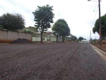 Na Rua Costa e Silva havia um trecho que não era pavimentado; a administração municipal está dando nova 'cara' ao trecho