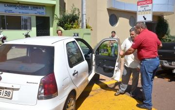Os motoristas conduzem os pacientes a clínicas, postos de saúde e hospitais