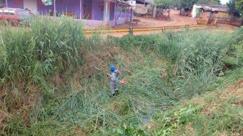 Prefeitura faz limpeza no Córrego Central