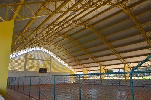 Passarela interligando escola a nova quadra coberta foi construída; em breve inauguração