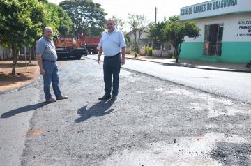 O prefeito Baco e o vice Beraldo acompanhou o andamento dos serviços de recape
