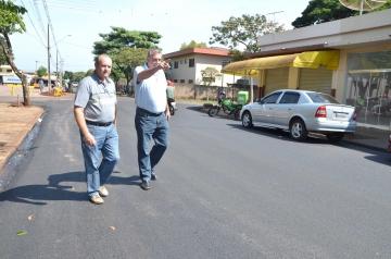 Rua Nossa Senhora Aparecida foi contemplada com o recape; Baco e Beraldo estiveram no local