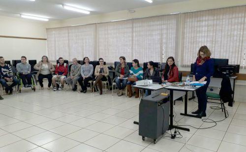 Escritora Cléo Busatto realizou palestra na Escola Municipal Lucinéia Braciforte