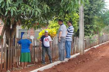 Moradora agradece ao prefeito e aos secretários pelo benefício concedido aos moradores daquela localidade
