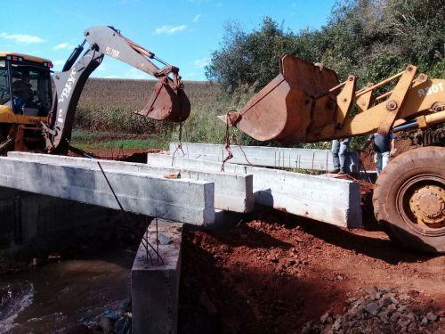 Administração Municipal constrói ponte de concreto sobre o Córrego Três Olhos