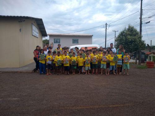 Crianças atendidas no SOS Cicero Nuto Figueiredo e Curumim Yolanda receberam um presente muito especial