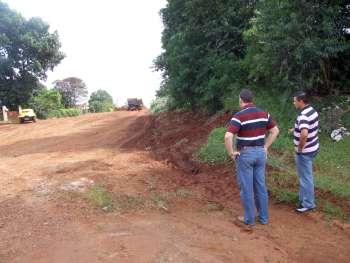 Prefeito Fábio D'Alécio, acompanhado do secretário de Pavimentação e Serviços Urbanos, vistoriam o local após a limpeza de toda a via
