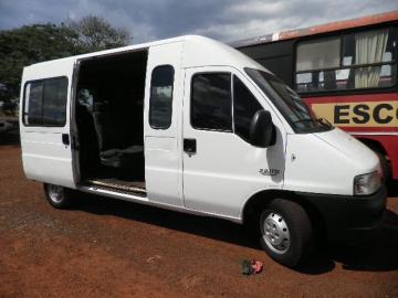A van tem capacidade para acomodar 17 pessoas