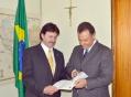 Deputado Hermes 'Frangão' Parcianello recebe das mãos do prefeito de Ubiratã pasta contendo as reivindicações em prol do município