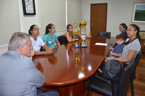 Campeãs do Handebol de Areia visitam prefeito Baco