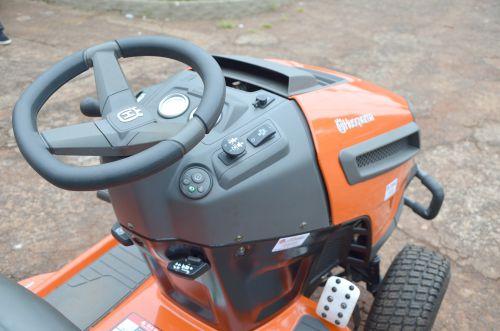 Município adquire trator cortador de grama