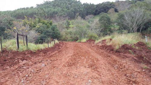 Serviços Rurais realizou melhorias em trecho crítico da Estrada Carlos Gomes