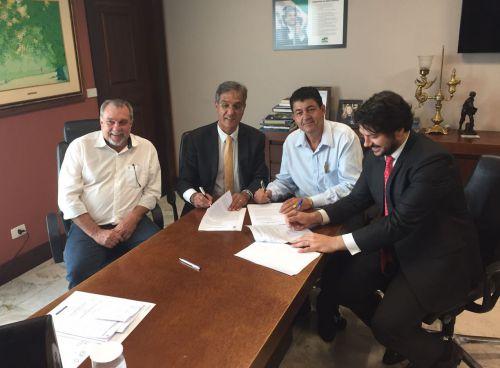 Prefeito em exercício Nil Pereira e prefeito Baco assinam convênio para recape da Ercides Rossetto