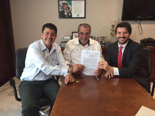 Assinatura de convênio garante implantação do Programa Meu Campinho em Ubiratã