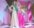 A faixa de Miss Ubiratã 2012 foi passada para Isabella (dir.) pela Miss Ubiratã 2011 (esq.)