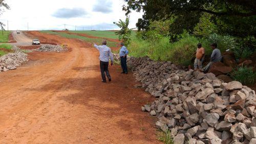 Pavimentação poliédrica na Estrada João Pereira continua