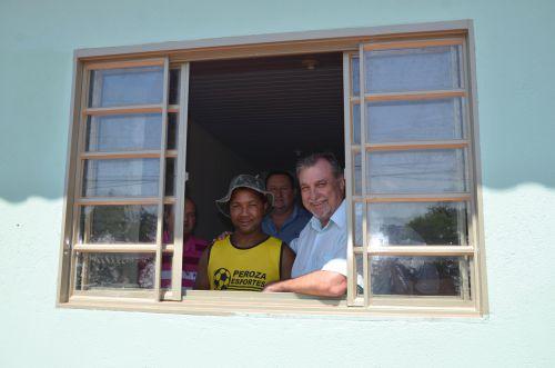 Moradores que tiveram casas retiradas para urbanização de avenida recebem moradias novas