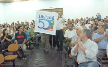 Os pioneiros de Ubiratã levaram o selo comemorativo até o palco