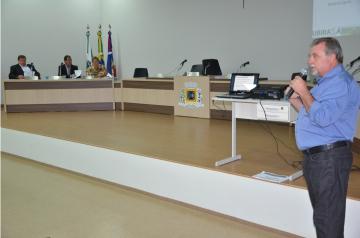 Prefeito Baco mostrou números, planilhas, despesas com Educação e FUNDEB, despesas com saúde, dívida consolidada, além das receitas correntes e de capital