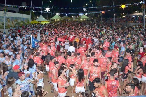 Primeira noite do Carnaval da Seringueira contagiou com muita alegria milhares de pessoas