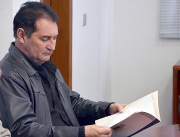 Presidente do Legislativo, João dos Santos Laurindo, tem em mãos o dossiê entregue pelo Poder Executivo ao desembargado do TJ-PR, Lauro Augusto Fabrício de Melo