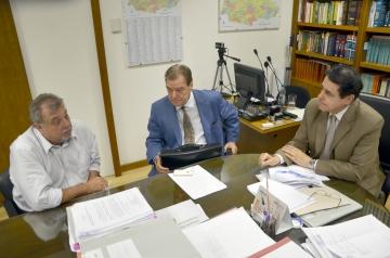 Prefeito Baco e deputado Caíto Quintana durante audiência com o desembargador Lauro Augusto Fabrício de Melo (à dir.)