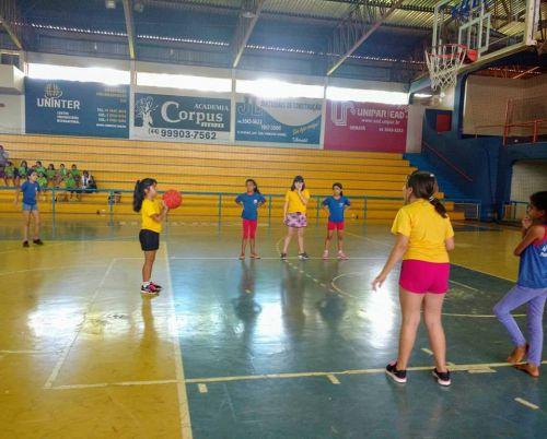 2º Festival de Basquete de Ubiratã reuniu 60 crianças de três escolas no Ginásio de Esportes