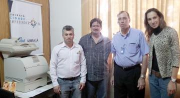 Representantes do Banco do Brasil fizeram a entrega da impressora ao secretário e a agente da Sala do Empreendedor