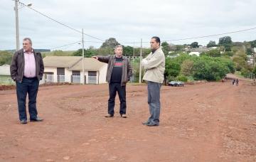 Prefeito Baco acompanhado dos secretários de Serviços Urbanos/Pavimentação e de Gabinete foi in loco verificar as condições da via