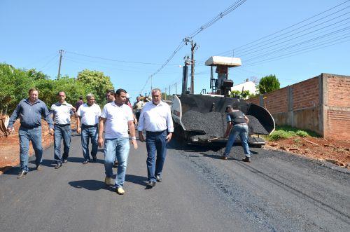 Pavimentação asfáltica na Vila Recife; prefeito e vereadores visitam as obras