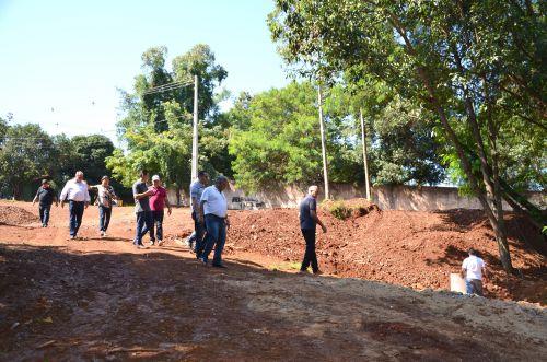 Problema resolvido: prefeito e vereadores visitam local que antes eram um enorme buraco e agora foi revitalizado