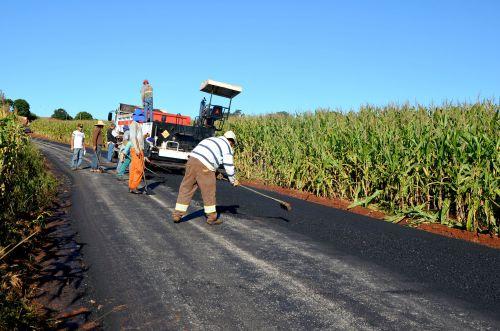 Trecho da Estrada Medeiros recebeu pavimentação asfáltica sobre as pedras poliédricas