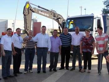 Prefeito e presidente do Legislativo de Ubiratã receberam as chaves das mãos do representante da empresa que vendeu o caminhão ao município