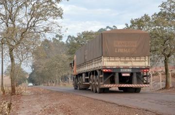 A rodovia que recebe grande fluxo de veículos pesados, principalmente na época de escoamento da safra, será melhorada em toda sua extensão