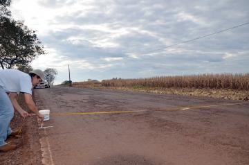 Profissionais especializados demarcam o local que em breve receberá a nova camada de asfalto