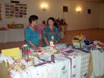 Produtos feitos pelas mulheres participantes do Grupo de Inclusão do CRAS estiveram em exposição durante o encontro