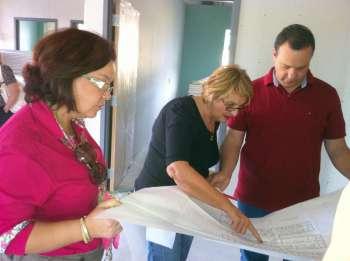 Deisi Kusztra mostra o projeto ao prefeito Fábio e a 1ª dama Luciane D'Alécio
