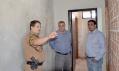 Sargento Heveraldo Teodoro explica ao prefeito Baco e ao secretário de Obras como estão sendo realizados os serviços