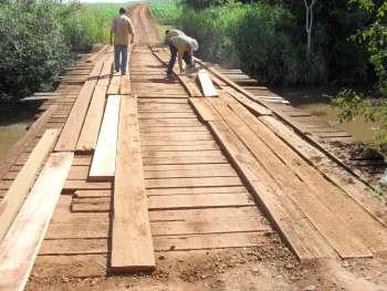 Funcionários da Secretaria de Serviços Urbanos fizeram a reposição de pranchas na ponte sobre o Rio Tricolor, na Estrada Carlos Gomes