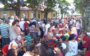 Mesmo em uma quinta-feira de muito calor, centenas de pessoas participaram da Festa de Reis