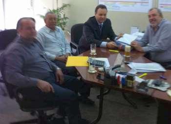 Os vereadores Sebastião Osmar Beraldo e Aparecido de Paula da Silva acompanharam o prefeito em Curitiba; na foto encontro com representante da Sedu