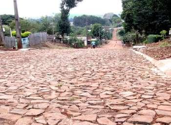 O calçamento com pedra irregular tem sido uma das soluções para amenizar o sofrimento de moradores das localidades onde o barro e a poeira sempre fizeram parte do cotidiano