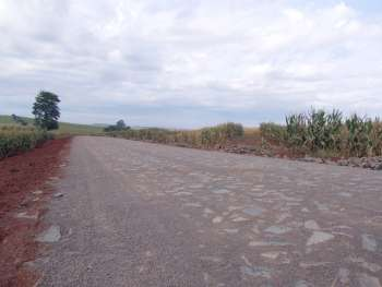 Na Estrada Caviúna já foram concluídos 3,7 quilômetros de pavimentação poliédrica