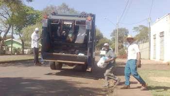 A coleta de lixo doméstico é feita por caminhões e funcionários da municipalidade