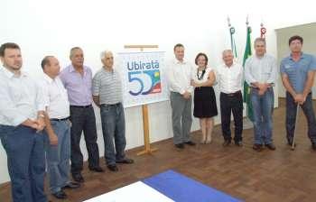 Autoridades presentes ao evento posaram para fotos ao lado do selo oficial que comemora os 50 anos de Ubiratã