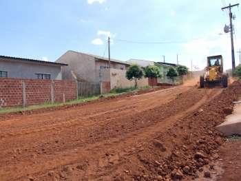 Máquina do município executando o serviço de terraplenagem em uma das vias do Jardim Petrica