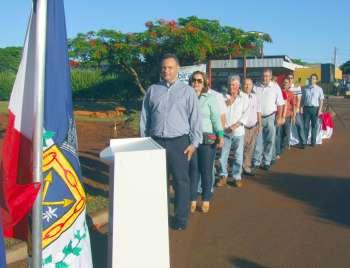 Autoridades durante entoação do Hino de Ubiratã