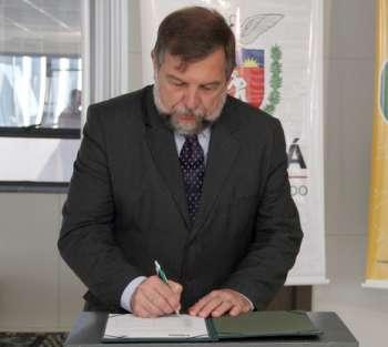 O vice-governador Flávio Arns disse que apenas 17 escolas em todo o Estado receberam esse tipo de recurso nessa etapa