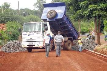 As pedras que serão assentadas já estão na via que receberá a pavimentação