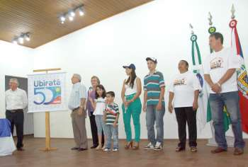 Os pioneiros Osmar João Bertoli, Vilder Bordin e sua esposa Dona Nina apresentaram o selo; eles foram acompanhados por casais de crianças, jovens e adultos nascidos em Ubiratã